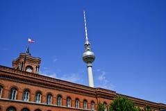 Rotes Rathaus en Fernsehturm, Berlijn Duitsland royalty-vrije stock afbeelding