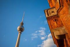 Rotes Rathaus i Fernsehturm, Berlin (TV wierza) Zdjęcie Stock