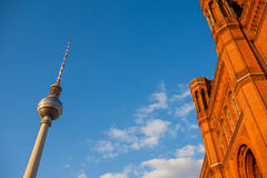 Rotes Rathaus i Fernsehturm, Berlin (TV wierza) Obrazy Royalty Free