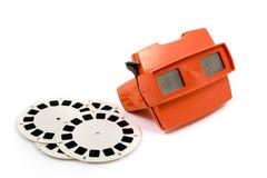 Rotes Retro- Stereoskop lokalisiert mit Spulen auf weißem Hintergrund Stockfotografie