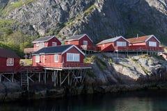 Rotes rorbu Haus traditioneller Architektur Norwegens und felsige Berge Schönes Sommer lanscape stockfotos