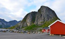 Rotes Rorbuer auf Lofoten, Norwary Stockfoto