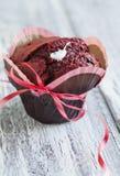 Rotes Samt-Muffin lizenzfreie stockbilder