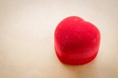 Rotes Samtherz des Ringkastens Stockfotografie