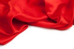 Rotes Satingewebe gegen weißen Hintergrund Stockfoto