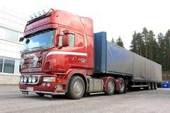 Rotes Scania Sattelzugmaschine und Auflieger Lizenzfreie Stockbilder