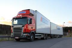 Rotes Scania Sattelzugmaschine und Auflieger bei Sonnenuntergang Stockfoto