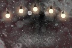Rotes schönes glänzendes Funkelnlichter defocused bokeh abstrakter Hintergrund mit Glühlampen und fallende Schneeflocken fliegen, stock abbildung