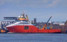 Rotes Schiff im Hafen Stockfoto