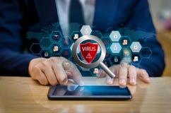 Rotes Schild-Virus-Internet-Telefon Smartphone wird vor Hackerangriffen, Brandmauergeschäftsleute Presse das geschützte Telefon a Lizenzfreie Stockfotos