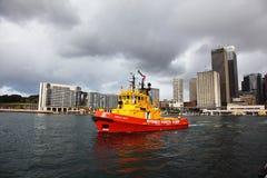 Rotes Schlepperboot im Sydney-Hafen Stockfotos