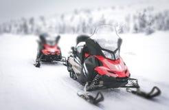 Rotes Schneemobil fahrung in finnischem Lappland Stockfotos