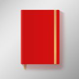 Rotes Schreibheft mit elastischem Band und Gold bookmarken. Stockbilder