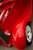 Rotes Schutzvorrichtungklassikerauto Stockfotos