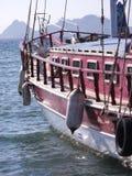 Rotes Segelboot stockfotografie