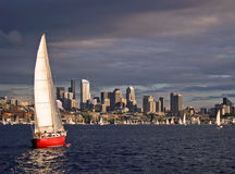 Rotes Segelboot Stockfoto