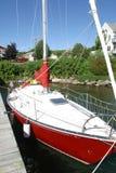 Rotes Segelboot auch lizenzfreie stockfotografie