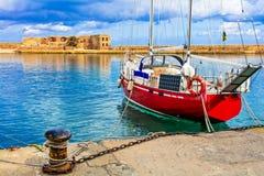 Rotes Segelboot in der alten Stadt von Chania, Kreta-Insel, Griechenland stockfoto