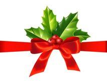 Rotes seidiges Band mit Bogen und Stechpalme verlässt, Vektor Weihnachtsdekoration stock abbildung