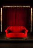Rotes Sofa auf der Stufe Stockfotos