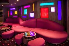 Rotes Sofa im modernen Innenraum der Stange auf Kreuzfahrtschiff Stockfotos