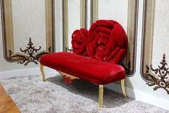 Rotes Sofa mit schönen Wänden und Teppichen Stockbild