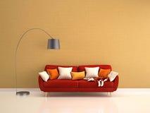 Rotes Sofa mit viel von Kissen und von Stehlampe auf Gelb Lizenzfreie Stockfotografie