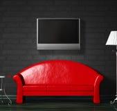 Rotes Sofa, Tabelle und Standardlampe mit LCD-Fernsehapparat Lizenzfreies Stockfoto