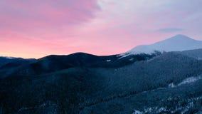 Rotes Sonnenunterganghimmel timelapse, schönes orange Sonnenlicht, Naturlandschaft über Bergen, Zeitraffer von drastischen Wolken stock video