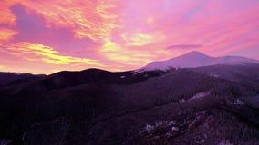 Rotes Sonnenunterganghimmel timelapse, schönes orange Sonnenlicht, Naturlandschaft über Bergen, Zeitraffer von drastischen Wolken stock footage