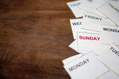 Rotes Sonntags-Wort mit einem anderen Tag auf hölzernem Hintergrund stockfoto