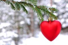 Rotes Spielzeugherz auf dem Weihnachtsbaum Lizenzfreies Stockbild