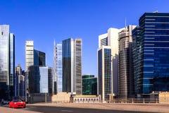 Rotes Sportauto reitet durch die Straßen von modernem Dubai lizenzfreie stockfotos