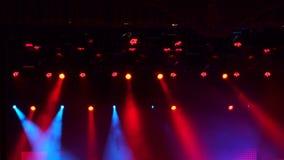Rotes Stadium beleuchtet, Lichtshow am Konzert stock footage