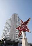 Rotes Sternmonument vor einem Bürogebäude Stockfoto