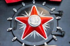 Rotes Sternsymbol der UDSSR mit einem Profil von Gesichtern von Lenin und von Stalin Stockfotos