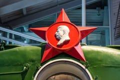 Rotes Sternsymbol der UDSSR mit einem Profil von Gesichtern von Lenin und von Stalin Russland St Petersburg Museums-Eisenbahnen v Lizenzfreies Stockbild