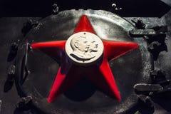 Rotes Sternsymbol der UDSSR mit einem Profil von Gesichtern von Lenin und von Stalin Russland St Petersburg Museums-Eisenbahnen v Stockfotos