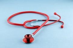 Rotes Stethoskop Stockfoto