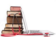 Rotes Stethoskop und Bücher Lizenzfreie Stockfotografie