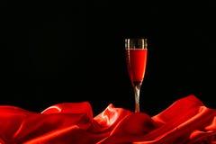 Rotes Stoff- und Weinglas stockfoto