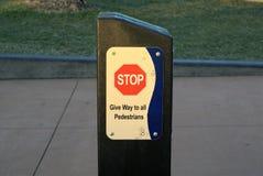 Rotes Stoppschild auf Säule Stockbild