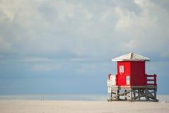 Rotes Strand-Bretterbude Lizenzfreies Stockfoto