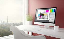 rotes Studio mit Grafikdesigncomputer Stockfotografie