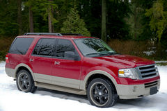 Rotes suv im Winter Stockbild