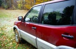 Rotes SUV weg von der Straße stockfotografie
