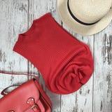 Rotes T-Shirt auf einem hölzernen Hintergrund lizenzfreies stockfoto