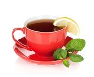 Rotes Teecup mit Zitrone und Minze Stockfotos