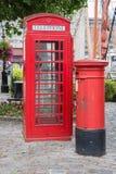 Rotes Telefon und Briefkasten Stockfotos