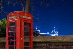 Rotes Telefon und Turm-Brücke nachts, London, England Stockbild